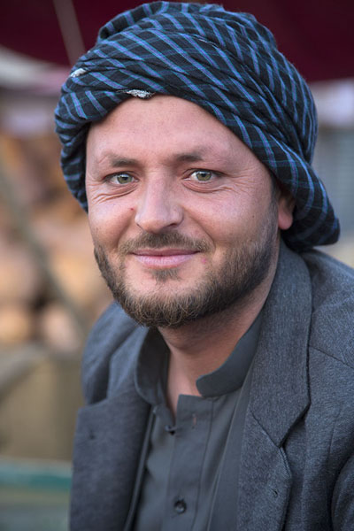Picture of Afghani people (Afghanistan): Man at the market of Mazar-e-Sharif