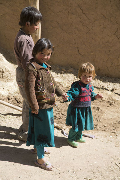 Hazara kids in a village in Qazan valley - 阿富汗