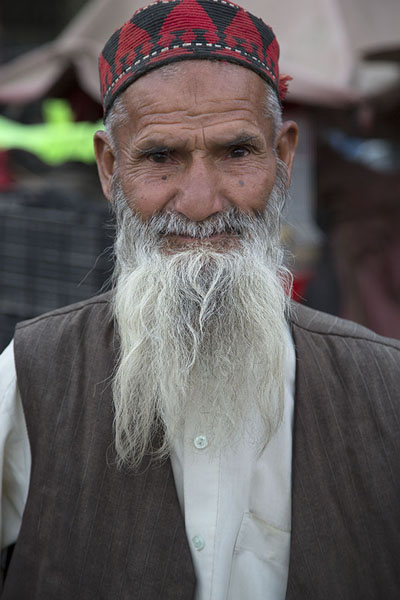 Picture of Afghani people (Afghanistan): Street seller with grey beard in Kabul