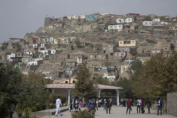 Foto de View of the neighbourhood surrounding the Gardens of BaburKabul - Afghanistán