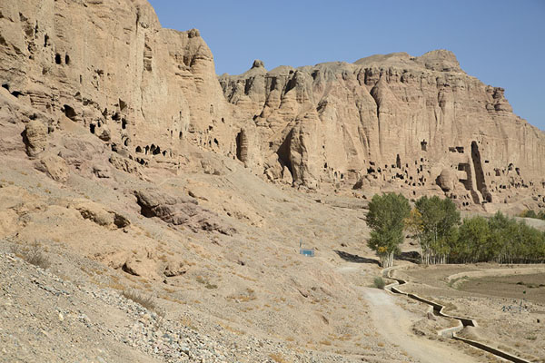 Foto van Looking east across the rockface with the Buddha caves and nichesBamiyan - Afghanistan