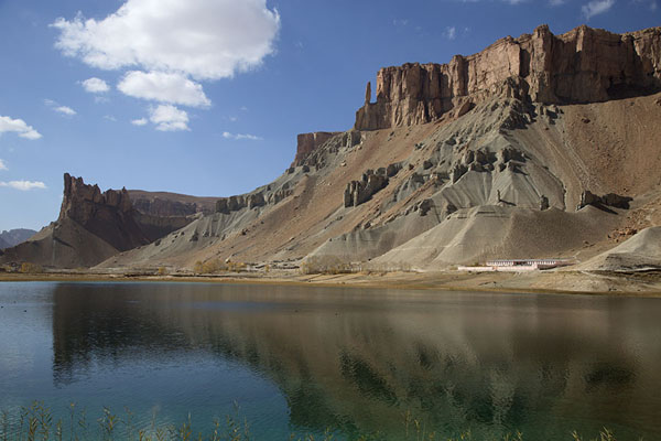 Photo de Mountains reflected in Band-e KambarBand-e Amir - Afghanistan