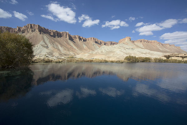 Photo de Mountains to the west of the lakes reflected in Band-e HaibatBand-e Amir - Afghanistan