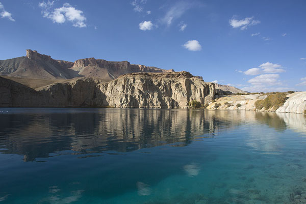 Photo de Mountains reflected in Band-e HaibatBand-e Amir - Afghanistan