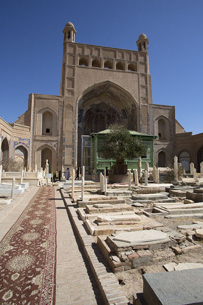 Photo de Carpet on the floor, tombs in the courtyard of the shrine of AnsariHerat - Afghanistan