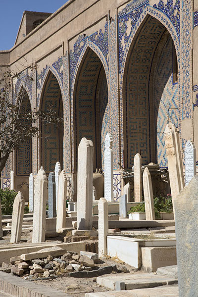 Tombstones under arches inside the shrine | Gazar Gah | 阿富汗