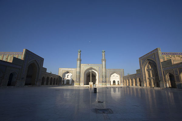 Photo de The immense courtyard of the Friday Mosque of HeratHerat - Afghanistan