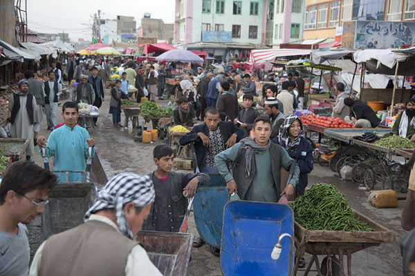Overview of the section where mostly vegetables are being sold | Mazar-e-Sharif Bazaar | 阿富汗