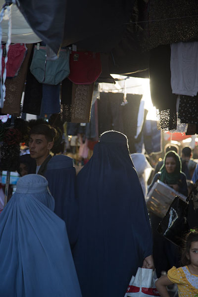Foto van People at the bazaar of Mazar-e-SharifMazar-e-Sharif - Afghanistan