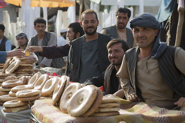 Men selling fresh bread at the market | Mazar-e-Sharif Bazaar | 阿富汗