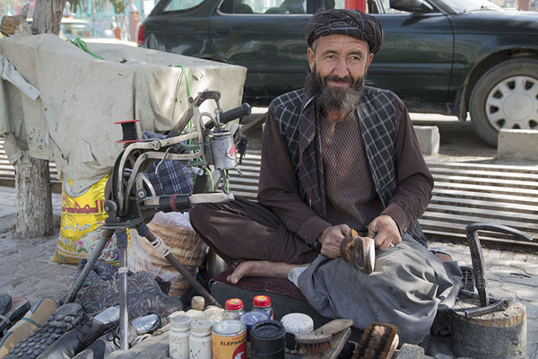 Man repairing shoes in the street | Mazar-e-Sharif Bazaar | Afghanistán