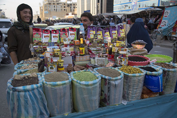 Selling seeds, lentils, spices, honey, oil, and more at a street stall | Mazar-e-Sharif Bazaar | Afghanistán