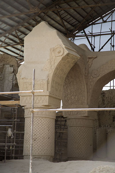 Close-up of some pillars of Non Gombad, claimed to be the oldest mosque of Afghanistan | Vieja Balkh | Afghanistán