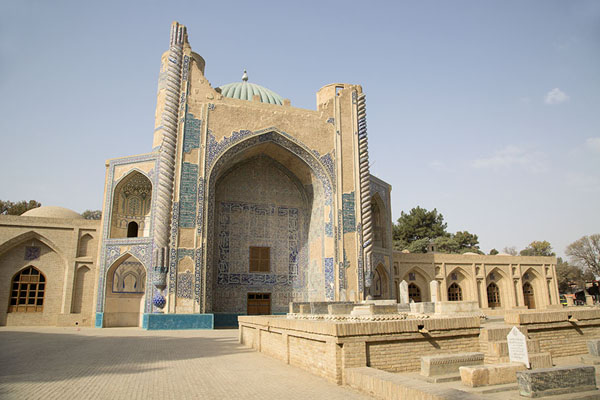 Foto de The Green Mosque, gracefully eaten away by the passing of timeBalkh - Afghanistán