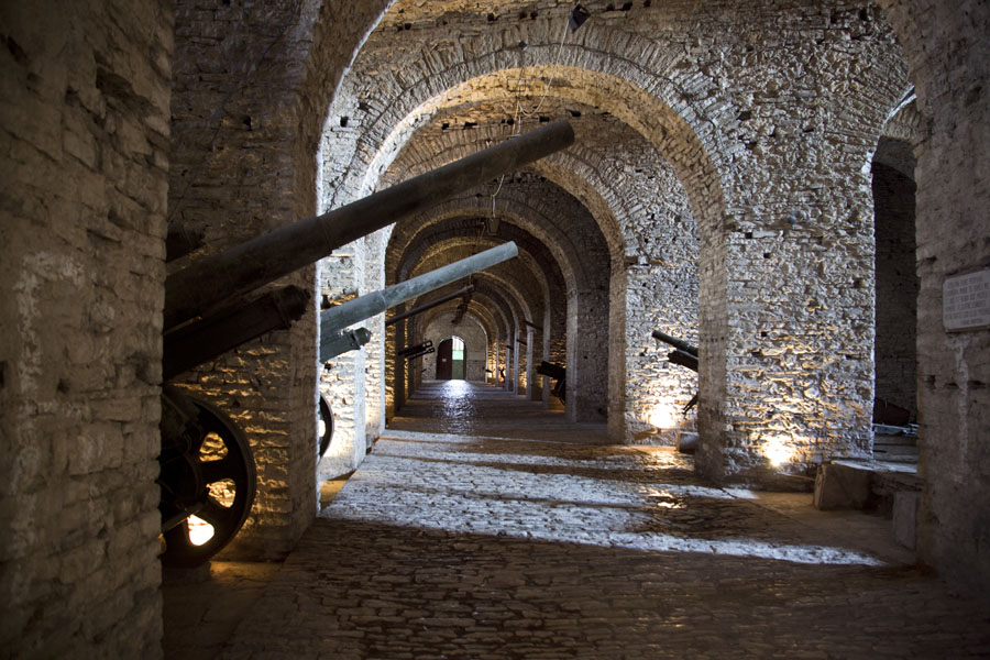 Display of cannons used in the First and Second World Wars on display in the Gallery inside the castle | Gjirokastër Castle | Albanie