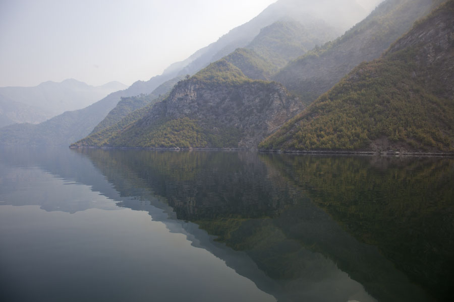 Early morning view of Lake Koman with mountains and reflection | Koman to Fierze boat | 阿尔巴尼亚