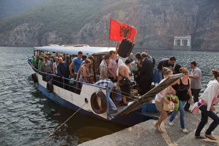 Foto van People rushing off the bus-boat at Koman - Albanië