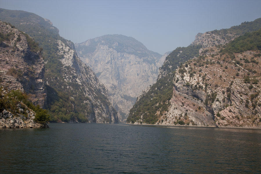 Foto van Lake Koman often looks like a fjord with narrow passageways - Albanië