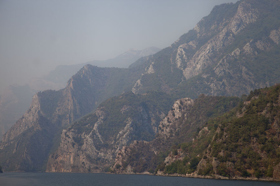 Photo de Mountains rise abruptly from Lake KomanKoman to Fierze boat - Albanie