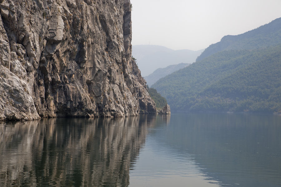 Photo de Cliff and mountains of Lake KomanKoman to Fierze boat - Albanie
