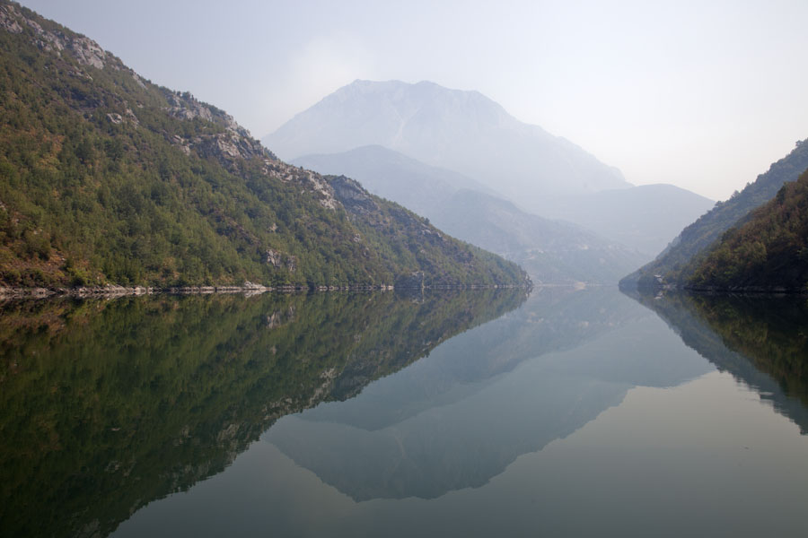 Perfect reflection of mountains in tranquil waters of Lake Koman | Koman to Fierze boat | Albanië