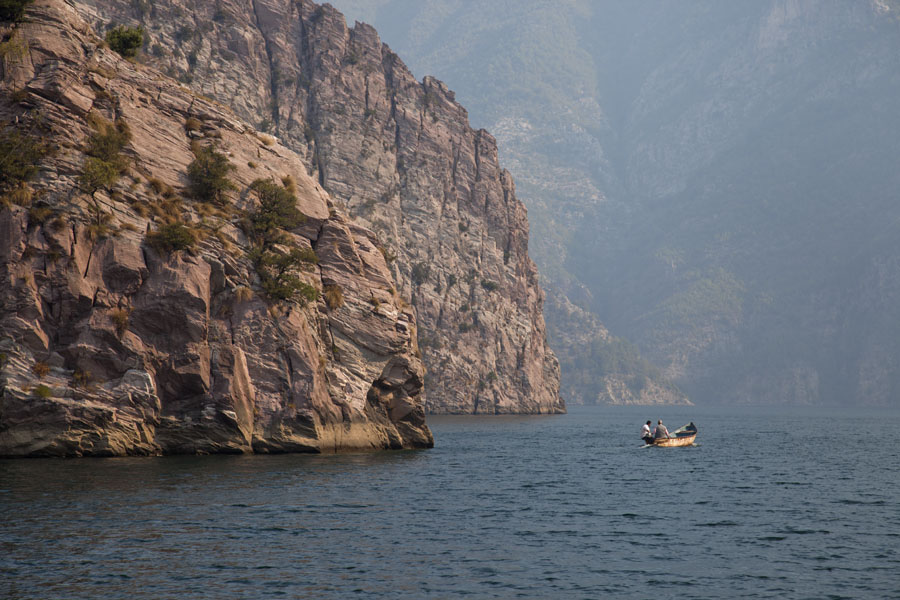 Photo de Small boat on big Lake Koman - Albanie