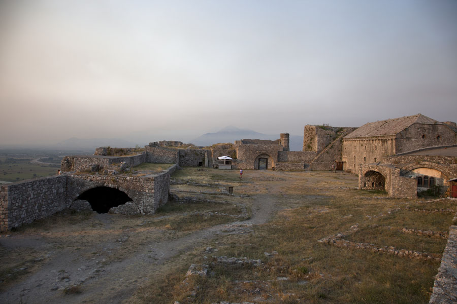 Foto van The main courtyard of Rozafa Castle with the museum on the right - Albanië - Europa