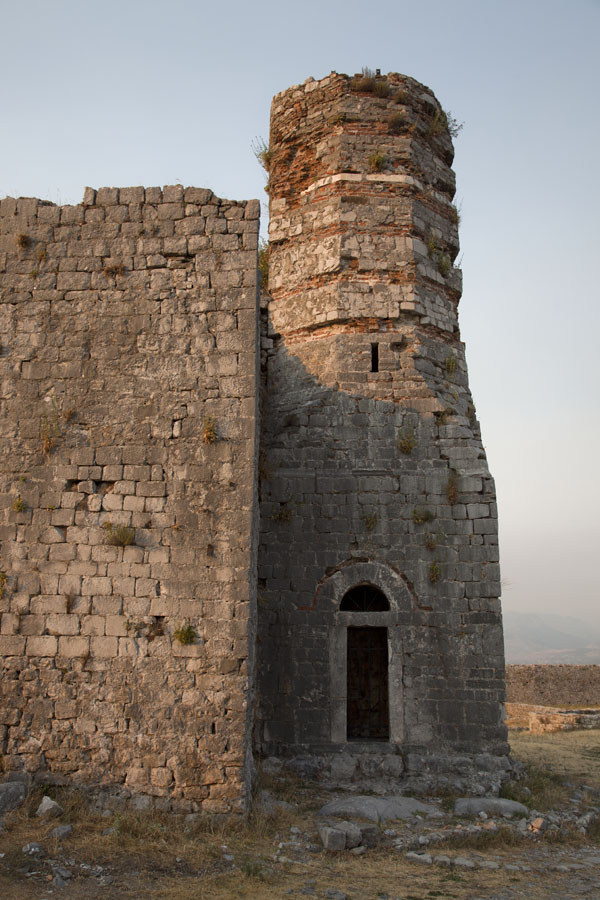 Foto di Ruins of Rozafa castle with minaret adjoining St Stephens Church just before sunset - Albania - Europa