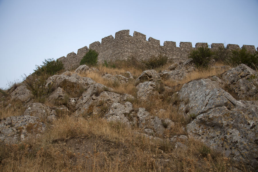 The crenellated walls of the castle of Rozafa rising up from the rocky hill | Rozafa Castle | Albanië