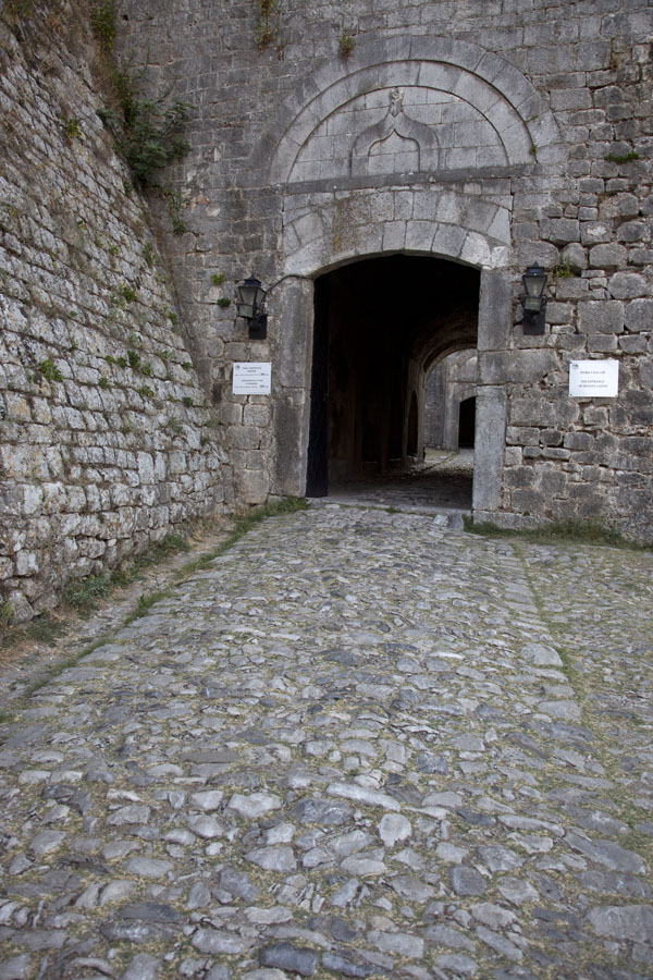 Foto di Main entrance to the castle - Albania
