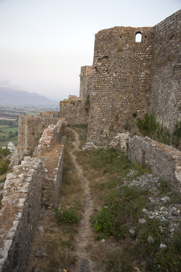 The sturdy castle walls seen from above | Rozafa Castle | Albanië