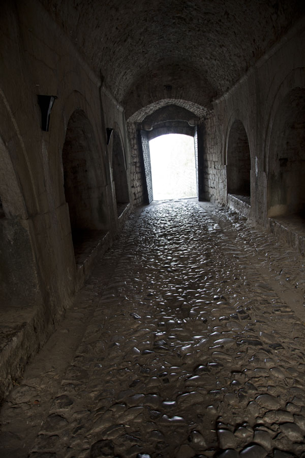 Cobble stone street leading through a building of Rozafa castle | Rozafa Castle | Albanië