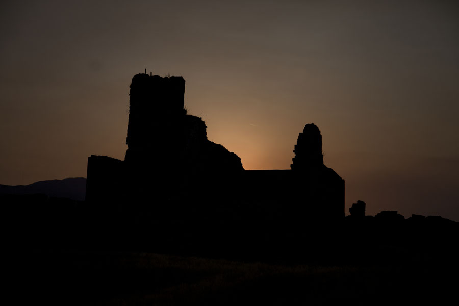 Foto di Silhouet of the ruins of the castle of Rozafa at sunset - Albania - Europa