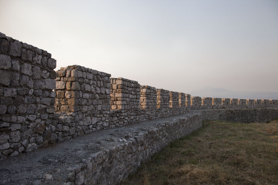 The crenellated wall of the castle of Rozafa | Rozafa Castle | Albanië