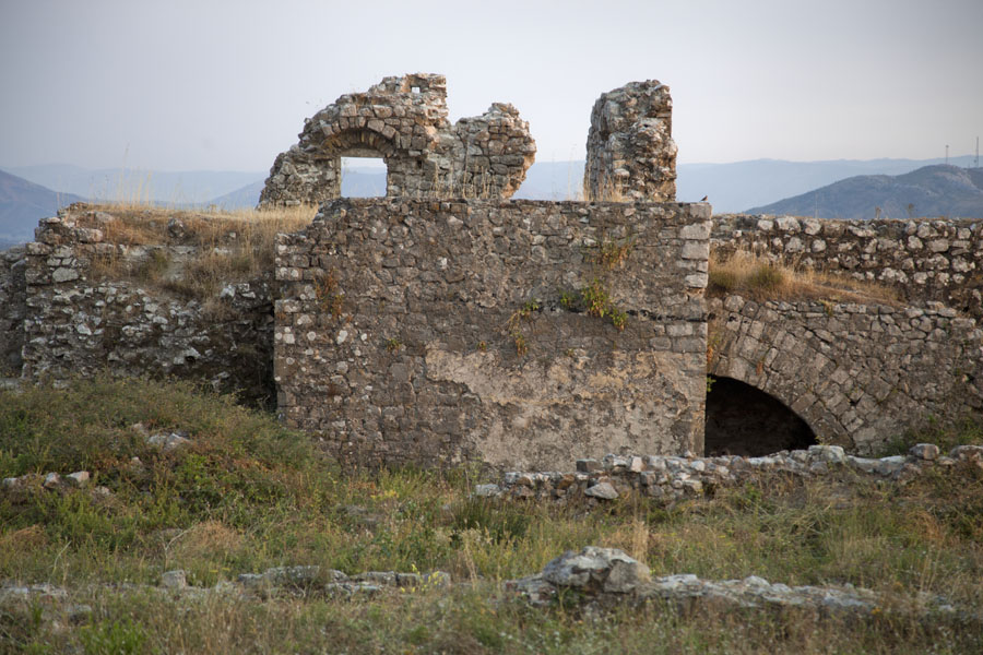 Photo de Ruins of the castle with many hidden rooms, halls, stairways, and more - Albanie