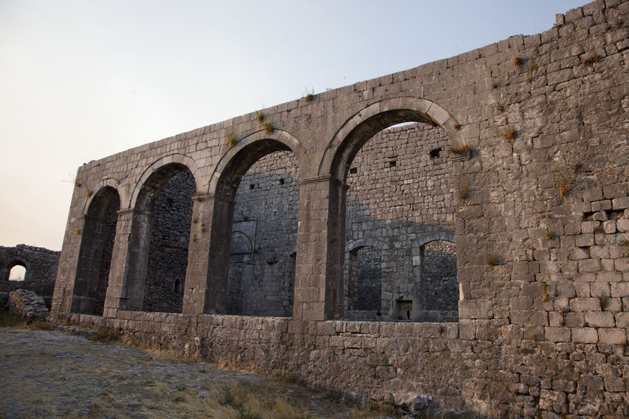 Arched ruins of St Stephens Church to be found on the second courtyard | Rozafa Castle | Albanië