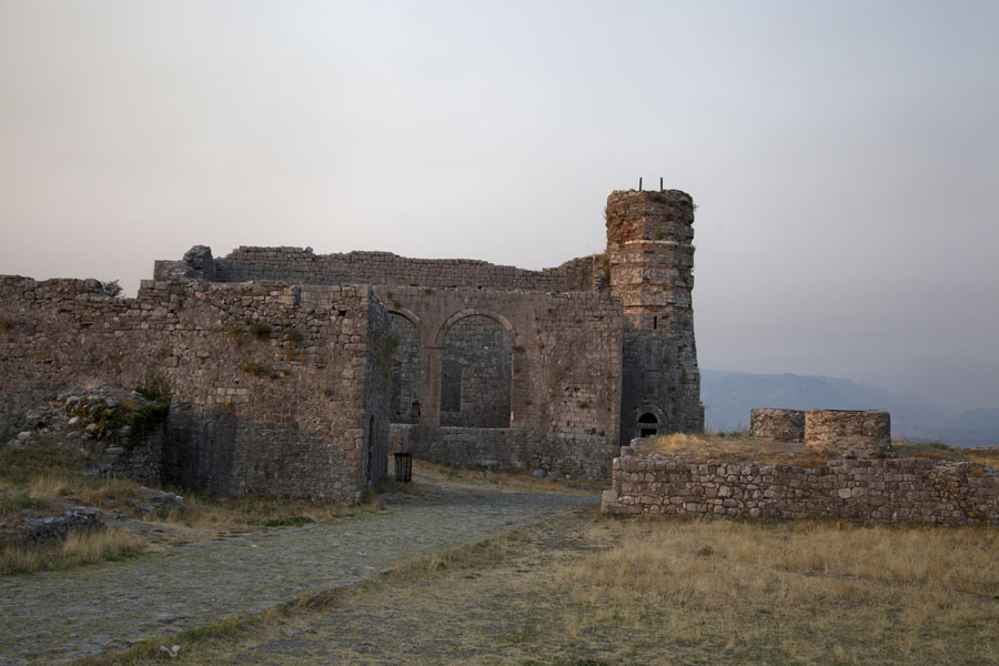 Looking north in the second courtyard of the castle of Rozafa with St Stephens church and the minaret | Rozafa Castle | Albanië