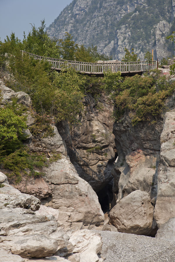 Foto van Bridge over rocky canyon on the way to the Blue Eye Pool - Albanië