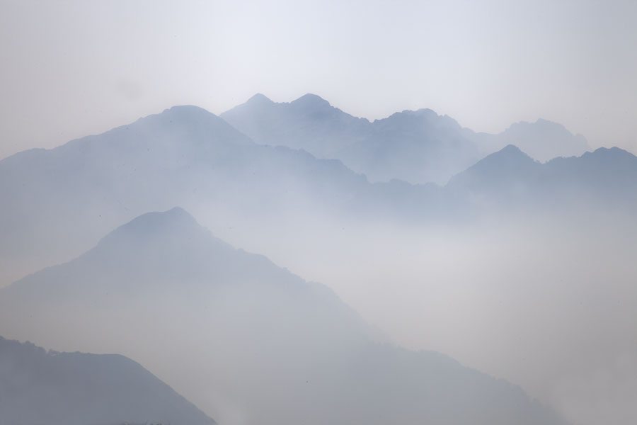 Foto van Albanië (Morning light falling on the mountain ranges near Theth seen from the mountain pass)