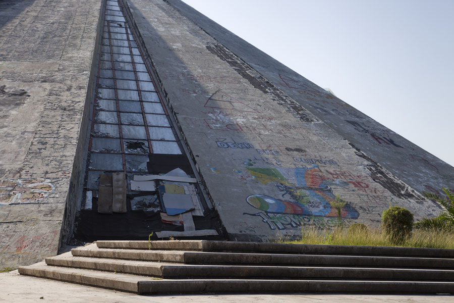 Steps and concrete and glass side of the pyramid | Tirana Pyramid | Albanië