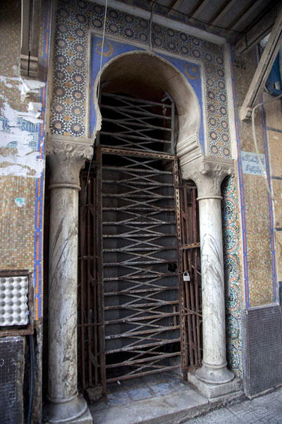 Foto di Example of a decorated doorframe in the lower Casbah of AlgiersAlgeri - Algeria