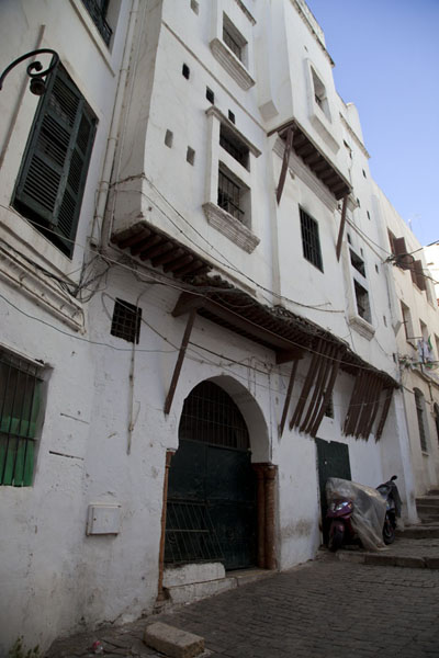 Foto di Typical building in the Casbah of Algiers, with wooden poles supporting floors jutting out of the wallAlgeri - Algeria