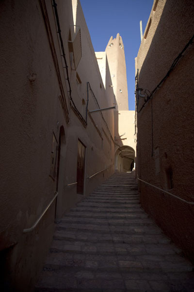 Narrow street in the upper part of the old town of Ghardaïa with minaret towering above | Ghardaïa | Algeria