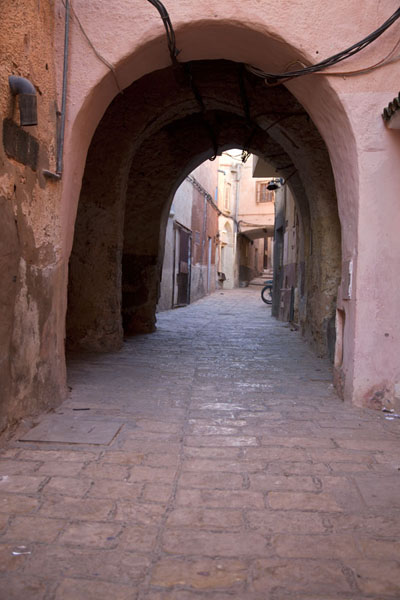 Foto van Street in Ghardaïa with arched thoroughfareGhardaïa - Algerije