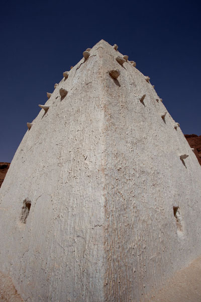 The tower-like white painted tomb of a marabout in Ighzer | Sebkha Circuit | Algeria