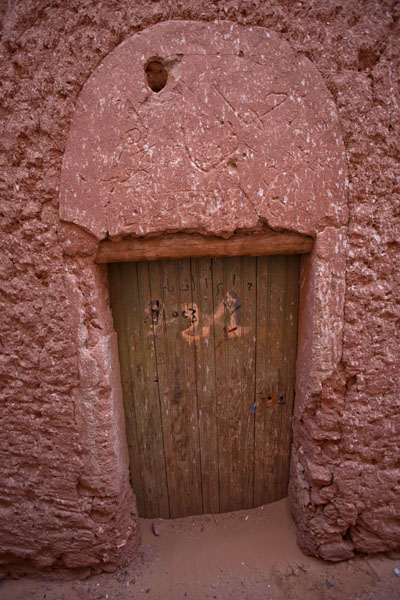 Picture of Adobe house with wooden door in Ighzer