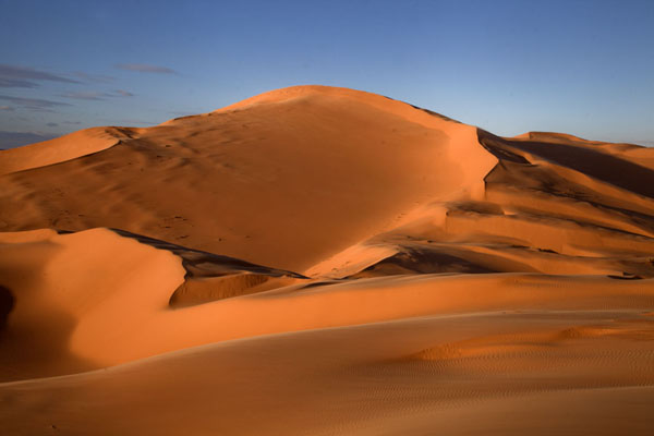 Late afternoon sunlight falling over the sand dunes near Taghit | Taghit | Algérie