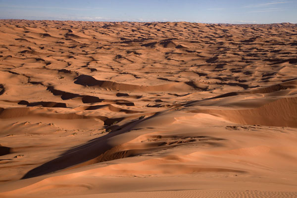 Foto di Looking over the sand dunes of the Grand Erg OccidentalTaghit - Algeria