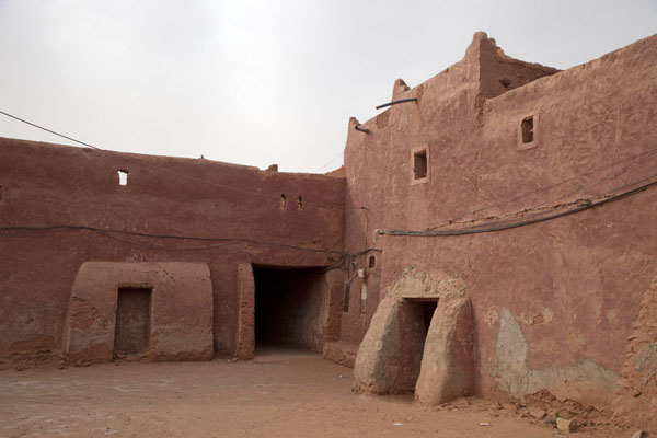Adobe houses in a corner of sandy streets in the old town of Timimoun | Vielle ville de Timimoun | Algérie