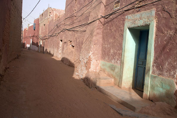 Street with adobe houses in the red town of Timimoun | Vielle ville de Timimoun | Algérie